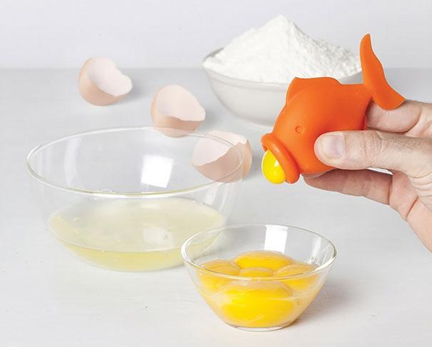 2. Dụng cụ giúp các cô nàng chuyên làm bánh lấy lòng đỏ trứng ra dễ dàng và nhanh hơn, đỡ tốn thời gian hơn những cách thủ công như hiện tại rất nhiều. (Ảnh: Internet)
