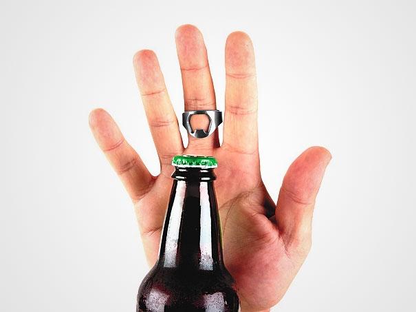 4. Các anh chàng hay cô nàng thích uống nước đóng chai sẽ phải hét lên vì sung sướng với chiếc vòng mở nút chai này. Vừa nhỏ gọn, dễ sử dụng mà còn cực kì thời trang nữa nhé! (Ảnh: Internet)