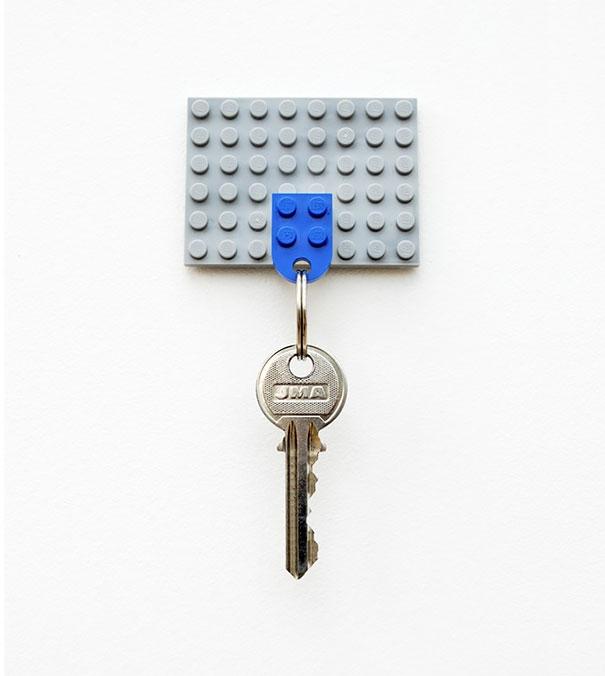 8. Chả cần phải đóng thêm cây đinh hay cái móc nào lên tường mới có chỗ treo chìa khóa, dụng cụ treo chìa khóa lego cực kì tiện dụng và mang tính thẩm mĩ cao cho ngôi nhà của bạn.(Ảnh: Internet)