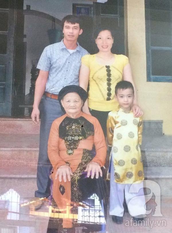"""Bố dượng """"đẹp trai, vui tính"""" của Thảo bên mẹ Thảo và em trai thứ 4"""