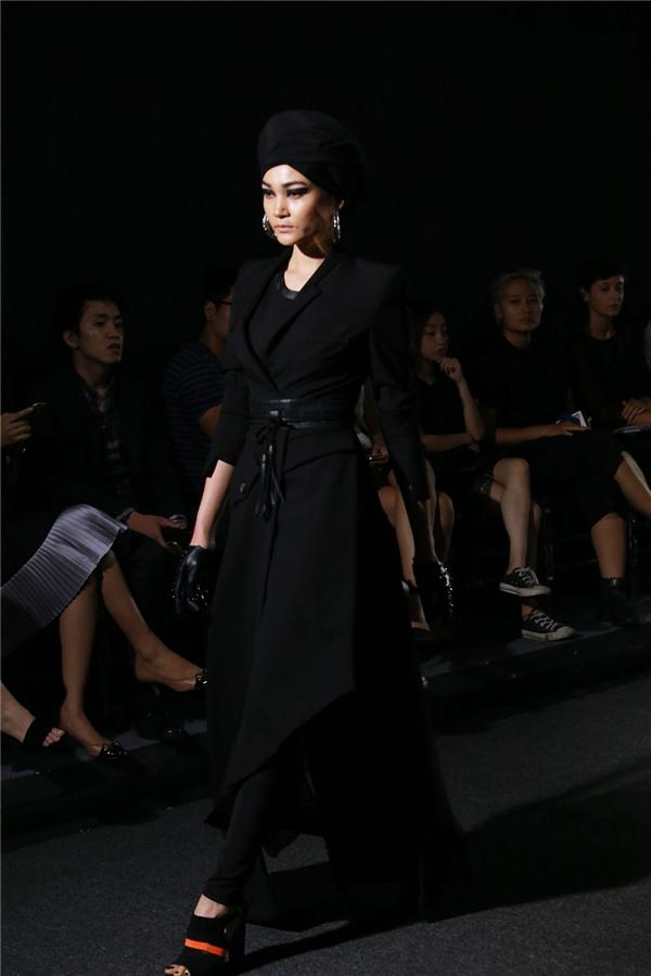 Khán giả vô cùng bất ngờ khi gương mặt đầu tiên của bộ sưu tập chính là Thùy Trang - người mẫu Việt Nam đã gặt hái được khá nhiều thành công tại kinh đô thời trang Paris trong suốt khoảng thời gian qua. Cô nhận được nhiều lời mời từ các thương hiệu lớn cũng như các tạp chí thời trang danh giá.