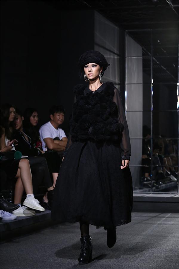 Thùy Trang tái xuất trên sàn diễn quê nhà sau loạt thành công ở Paris