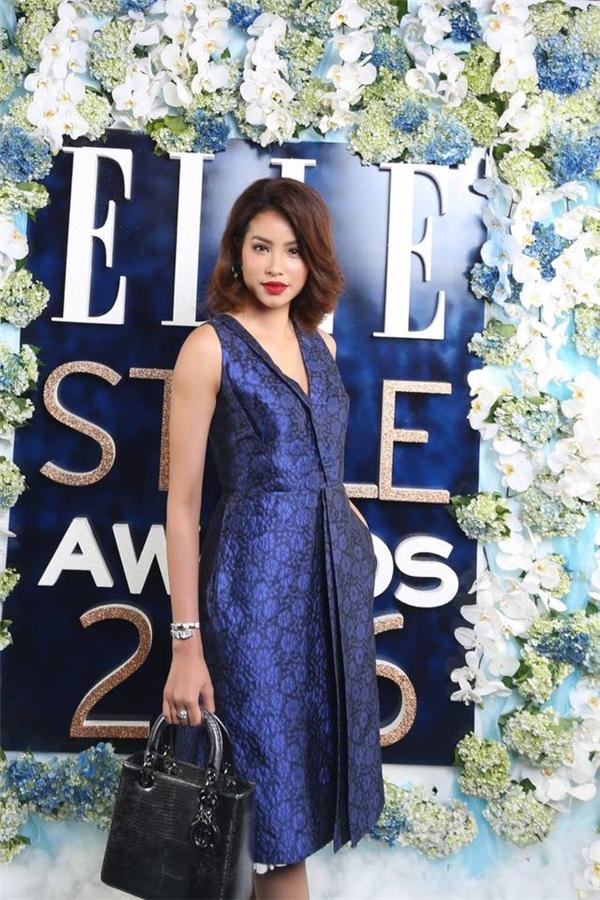 Trên thảm đỏ Elle Style Award 2016 vừa qua, Phạm Hương gây bất ngờ với vẻ ngoài đơn giản, khác biệt. Đi kèm trang phục là mái tóc được cắt ngắn, uốn xoăn lạ mắt. Bởi trước đây, nhan sắc gốc Hải Phòng luôn trung thành với tóc dàigợi cảm.