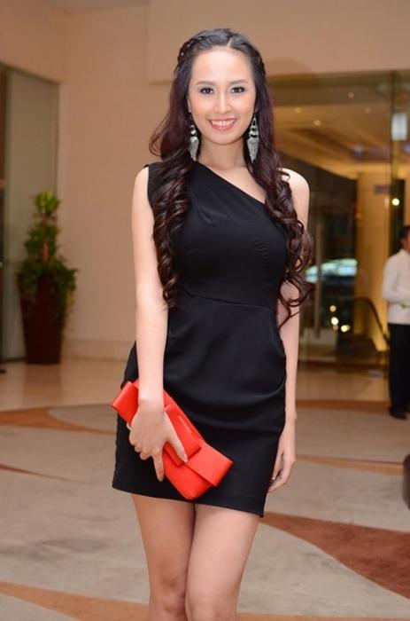 Tóc uốn xoăn gắn liền với vẻ ngoài gợi cảm, hiện đại của Mai Phương Thúy. Tuy nhiên, đôi lần tóc xoăn cũng khiến Hoa hậu Việt Nam 2006 mất điểm với những lọn nhỏ được uốn như sợi mì.