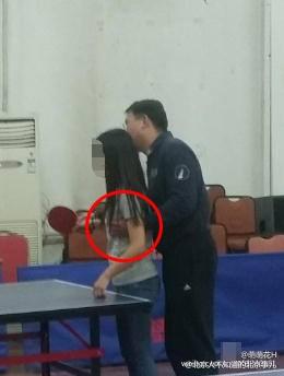 """Thầy giáo họ Lưu và """"bàn tay đen"""" cùng hành động lạm dụng tình dục nữ sinh bị ghụp lại. (Ảnh: Sina)"""