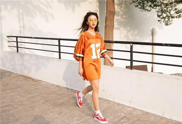 Váy rộng theo phong cách thể thao trẻ trung, năng động. Độ dài trên gối vẫn là lí tượng nhất.