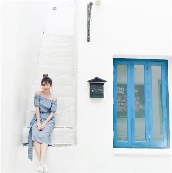 Với những bộ váy điệu đà chấm gối, nên lựa chọn những tông màu sáng hoặc có đường kẻ sọc dọc để tạo cảm giác thân người đầy đặn và cao hơn. Trang phục với phần vai trễ cũng sẽ giải phóng vùng cổ giúp gọn gàng, thanh thoát hơn.