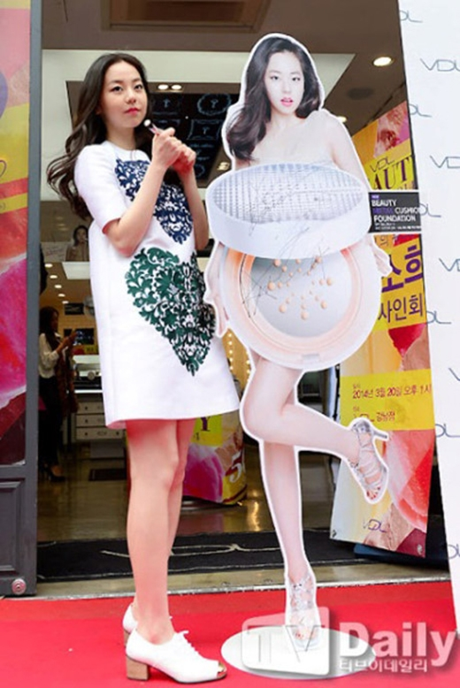 Thân hình chuẩn, dáng thon và da trắng không tì vết, So Hee thật sự không bằng standee của mình. (Ảnh: Internet)