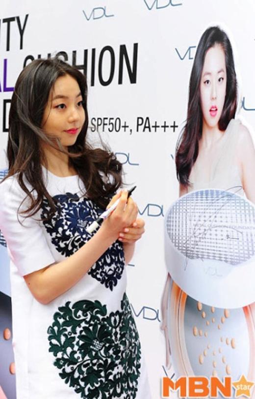 Với chiều cao thật tầm 1,63 mét, nhà quảng cáo dường như lúc nào cũng khuyến mãi thêm cho So Hee 10 xen-ti-mét để thu hút hơn. (Ảnh: Internet)