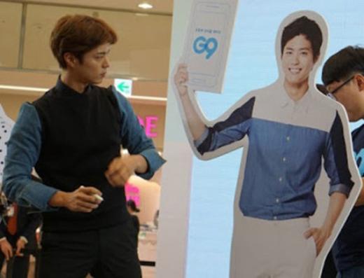 Có vẻ như Park Bo Gum đang ngắm nghía standee của mình. (Ảnh: Internet)