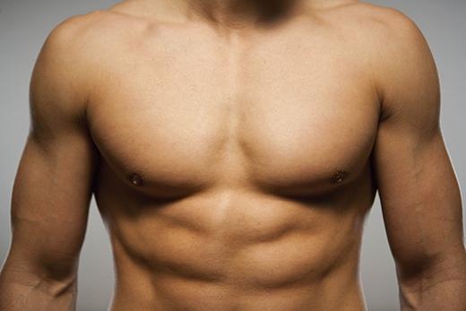 Nam giới cũng có khả năng mắc bệnh ung thư vú nếu không để ý đến những dấu hiệu lạ ở vùng ngực. (Ảnh: Internet)