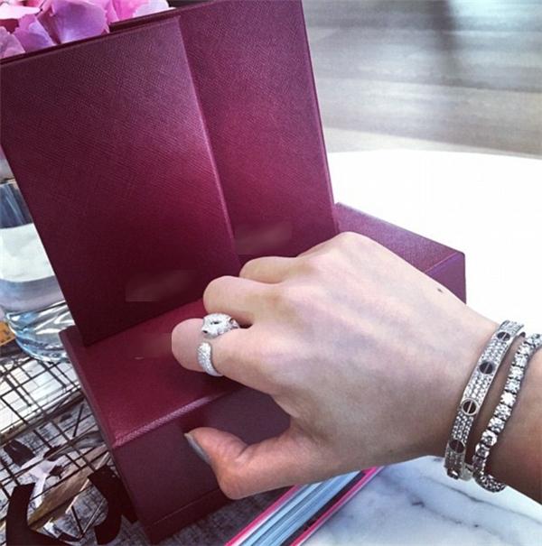 Những chiếc nhẫn hàng hiệu với thiết kế độc đáo là niềm đam mê của cô gái trẻ.