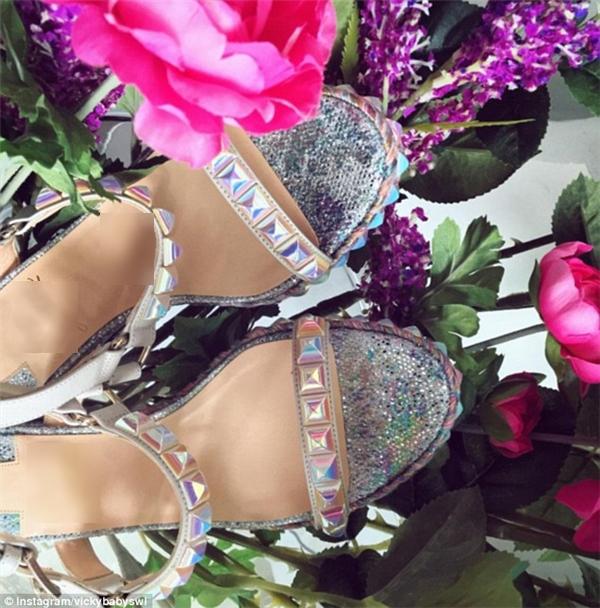 Vickybabyswl lại có sở thích với những đôi giày hiệu.