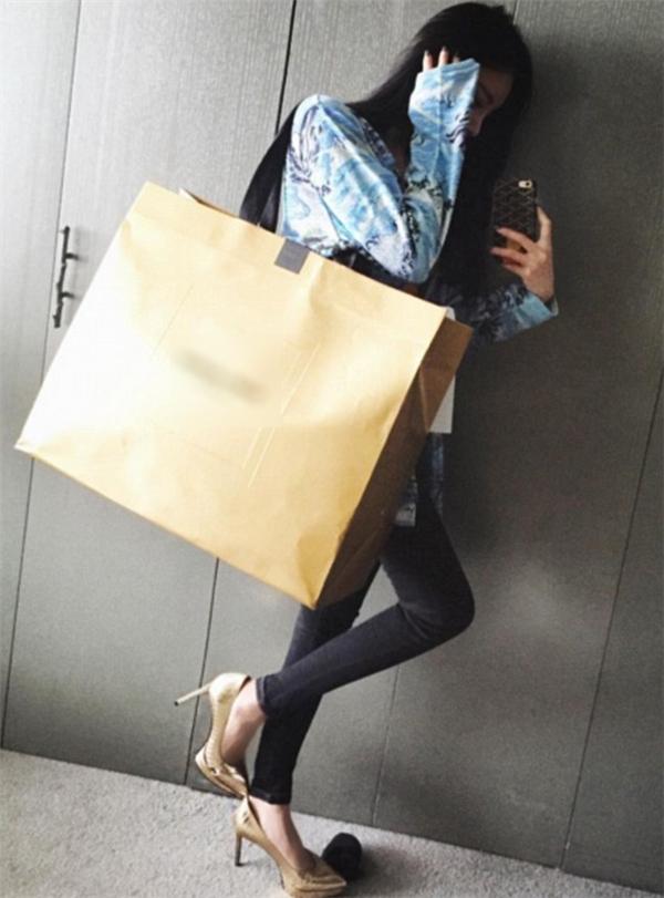 Vickybabyswl chụp ảnh tự sướng sau khi ghé qua cửa hàng bán hàng hiệu.