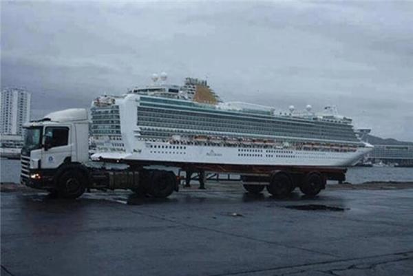 Anh xe tải chở em tàu đi đâu thế? (Ảnh: Internet)