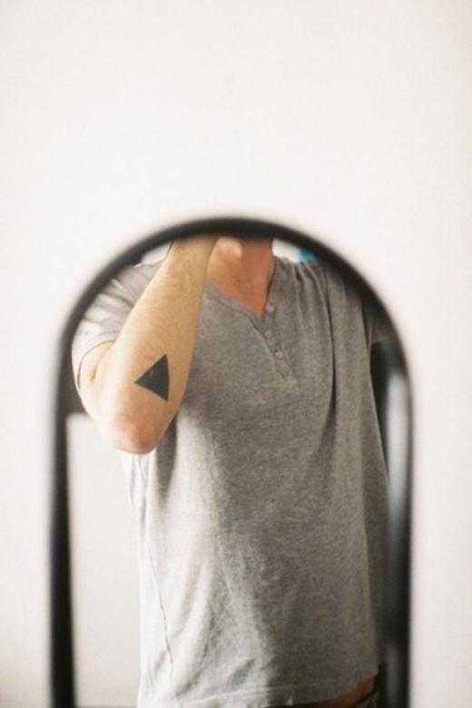 Nếu là nam, bạn hãyxăm đỉnh tam giác hướng lên trên bởi nó thể hiện sự nam tính, sức mạnh mặt trời. (Ảnh: Internet)