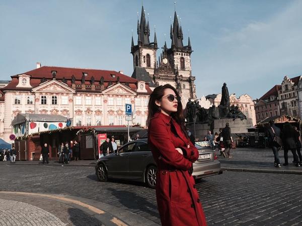 Cùng trong chuyến đi châu Âu đầu tháng 4, Bảo Anhtranh thủ dạo quanhquảng trường Old Town ở trung tâm thủ đô Praha, CH Czech tham quan. Nữ ca sĩ tạo dáng trầm ngâm trước khung cảnh cổ kính của thành phố. - Tin sao Viet - Tin tuc sao Viet - Scandal sao Viet - Tin tuc cua Sao - Tin cua Sao