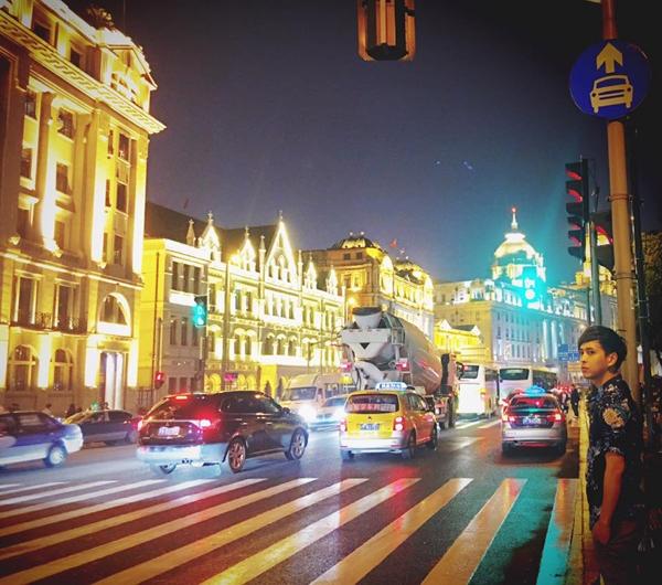 """Hồ Quang Hiếu đã chụp nhiều bức ảnhkỉ niệm khi dừng chân ởthành phố Nam Kinh và chia sẻ trên trang cá nhân của anh rằng: """"Tối buồn không biết làm gì nên ra cầu chụp vài tấm. Cảnh đẹp mà người xấu"""". - Tin sao Viet - Tin tuc sao Viet - Scandal sao Viet - Tin tuc cua Sao - Tin cua Sao"""