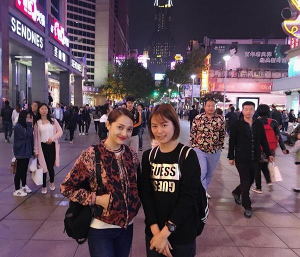 Cùng lúc đó, Bảo Anh cũngđăng ảnh chụp tại phố đi bộ Nam Kinh, cách không xa bến Thượng Hải, cùng một cô bạn gái. Sự trùng hợp đến khó tinkhiến công chúng nghi ngờ cặp đôi đi chung với nhau trong chuyến đi này.NơiBảo Anh và Hồ Quang Hiếu chụp thuộc phía Tây thành phố,trước đây nằm trong khu tô giới Pháp. Khu vực này cũng tập trung đông khách du lịch nhất, đáng chú ý nhất làbến Thượng Hải - nơi từng chứng kiến nhiều biến động lịch sử, đi vào nhiều bộ phim điện ảnh nổi tiếng. - Tin sao Viet - Tin tuc sao Viet - Scandal sao Viet - Tin tuc cua Sao - Tin cua Sao