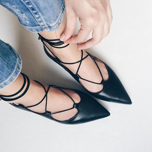 Không chỉ tạo cảm giác thoải mái, giày buộc dâycòn rất đẹp và rất dễ phối đồ. (Ảnh: Internet)