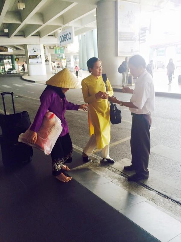 Người tiếp viên nữ xinh đẹp cùng cụ già bước đi chân trần trong sân bay. (Ảnh: Internet)