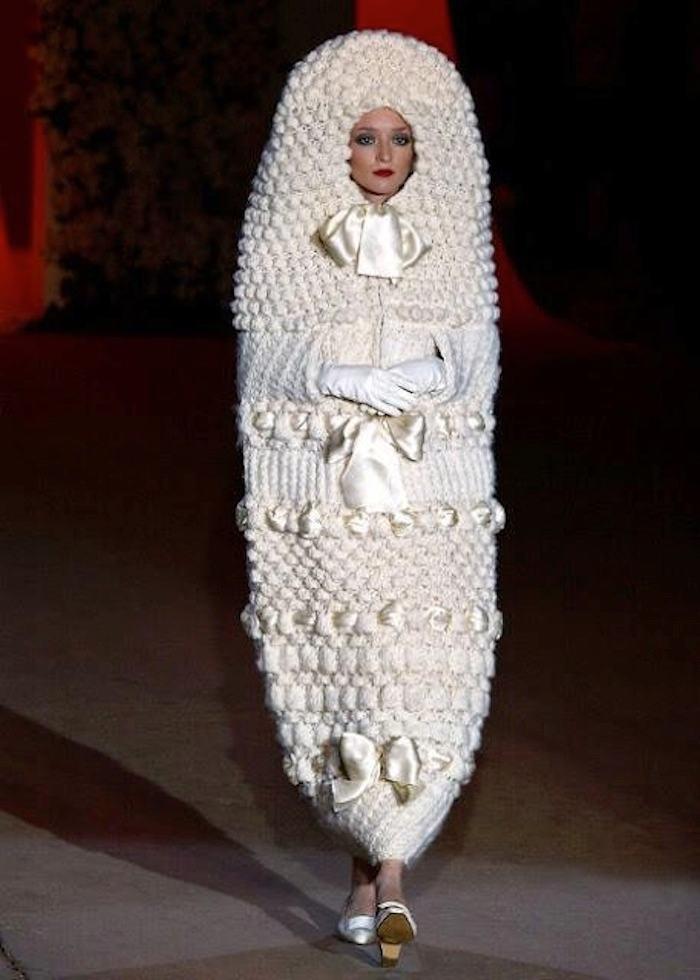 Váy cưới hình cái kén của nhà thiết kế Yves Saint Laurent, lấy cảm hứng từ những con búp bê Nga.