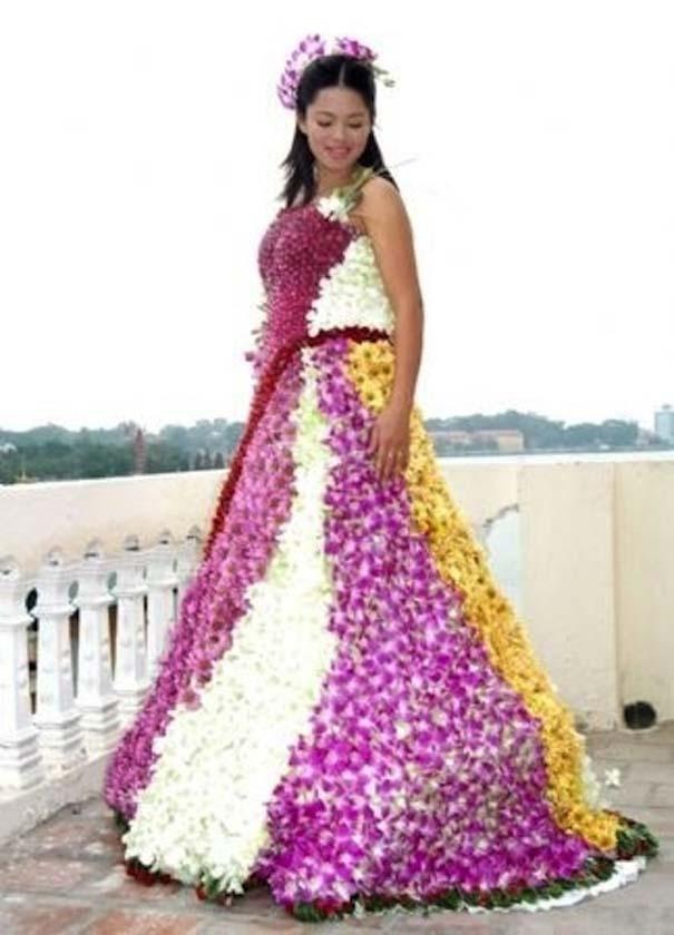Chiếc váy này làm từ 100% hoa thật và chống chỉ định với cô dâu bị dị ứng với phấn hoa.
