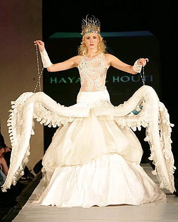 Váy cưới có hình dáng con bạch tuột, ám chỉ chú rể đã không còn đường thoát vì lỡ sa vào các xúc tu của cô dâu rồi.