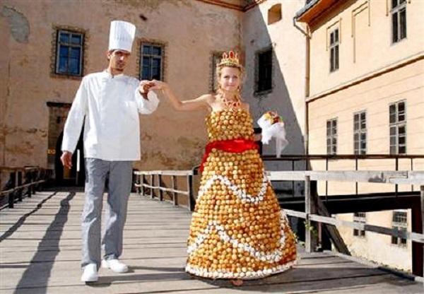 Váy cưới làm từ bánh donut, thực khách có thể tự nhiên gỡ bánh ra khỏi váy cô dâu mà thưởng thức.
