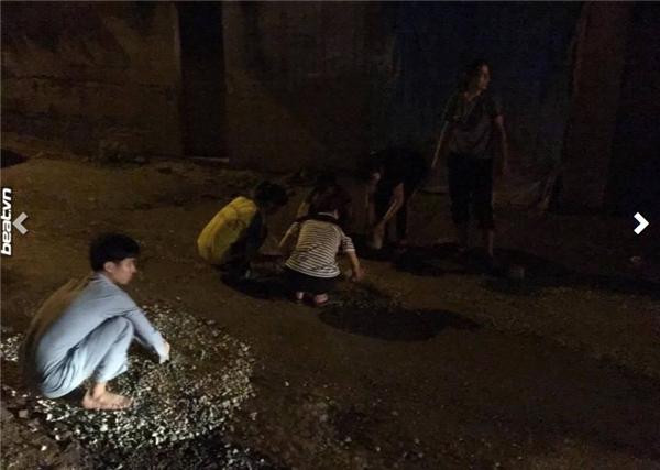 Sinh viên lấp ổ gà lúc nửa đêm - hành động tốt không đáng bị dè bỉu