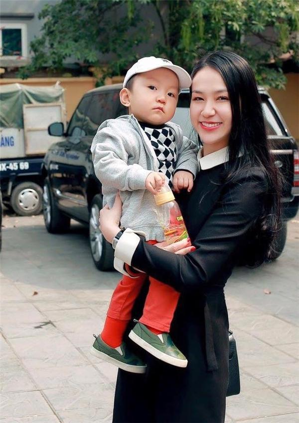 Vẻ ngoài bụ bẫm của Su Hào được khán giả yêu mến. Cậu bé thường xuất hiện cùng bố và mẹ trong các sự kiện - Tin sao Viet - Tin tuc sao Viet - Scandal sao Viet - Tin tuc cua Sao - Tin cua Sao