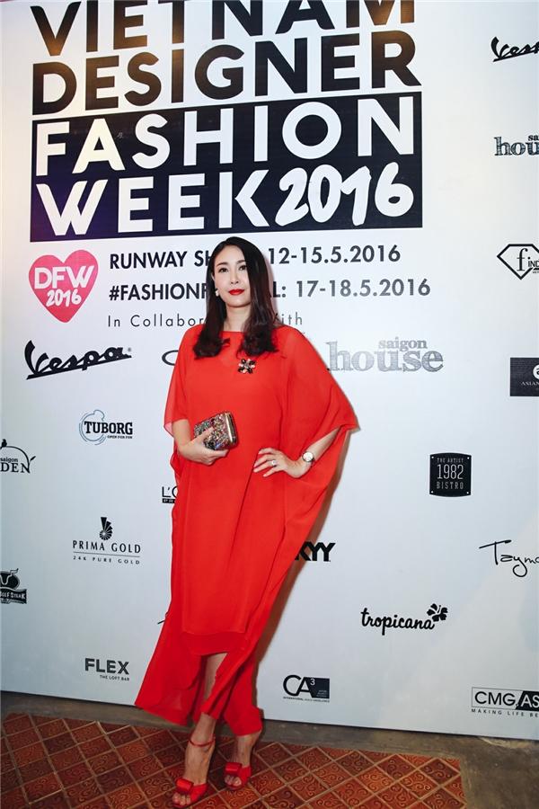 Hoa hậu Hà Kiều Anh giấu đường cong trong chiếc váy đỏ với phom rộng trên nền chất liệu voan lụa mềm mại. Đây cũng là thiết kế đặc trưng của Đỗ Mạnh Cường.