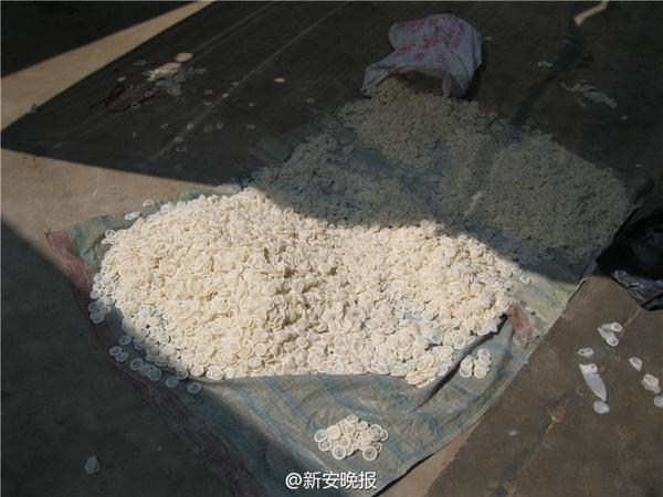 Hàng trăm chiếc bao cao su giả đã bị thu hồi và tiêu hủy.
