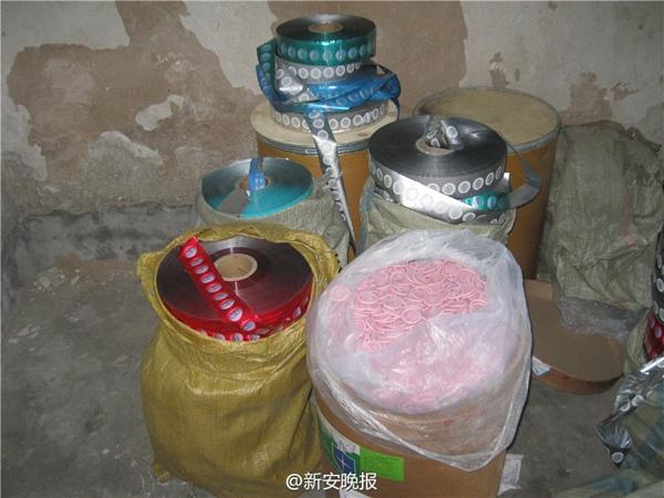 Tại đây lực lượng chức năng còn tìm thấy nhiều hóa chất độc hại có thể tạo mùi hương cho bao cao su như đúng thị hiếu của người tiêu dùng.