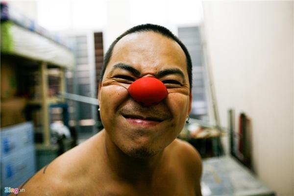 Chiếc mũi đỏ đặc trưng và quen thuộc đối với khán giả bộ môn xiếc. Mũi đỏ vừa là sự châm biếm vừa là nét tạo điểm nhấn trên khuôn mặt của một chú hề.