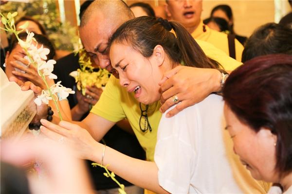 Hồng Ngọc khóc hết nước mắt tiễn đưa bố lần cuối