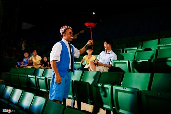 """""""Niềm vui của một chú hề là nụ cười của khán giả. Khi vắng khách, diễn viên rất buồn. Là một nghệ sĩ chuyên nghiệp, tôi phải diễn hết mình kể cả khi chỉ có một khách"""", anh Dương nói."""