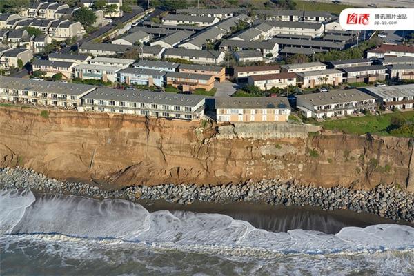 Ngày 26/1/2016, khu vực Pacifica, California, Mỹ với phong cảnh tuyệt đẹp nhìn ra biển bỗng chốc biến thành một khu vực nguy hiểm vì hiện tượng xói lở bờ biển diễn ra quá nhanh.