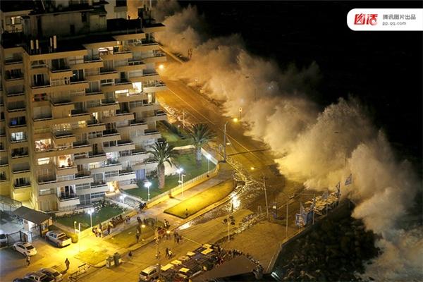 Ngày 25/1/2016, sóng cao của Thái Bình Dương ập vào bờ biển ở thành phố Vina del Mar, Chile khiến cho nhiều người hoảng sợ.