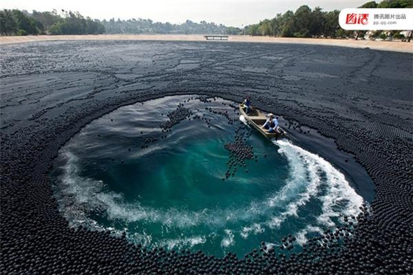 Mùa hè năm 2015 được coi là thời kỳ hạn hán tồi tệ nhất trong lịch sử 1.000 qua của bang California, Mỹ. Để ngăn không cho nước bốc hơi, chính quyền thành phố Los Angeles đã phải rải tới 96 triệu quả bóng nhựa đen trên mặt hồ chứa nước.