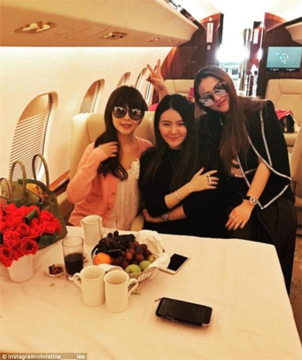 Christina Lee cùng 2 cô bạn đang đi du lịch bằng phi cơ riêng.