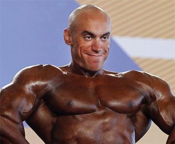 7. Nụ cười đau buồn của vận động viên thể hình lên sàn trong tình cảnh hết kem nhuộm da.