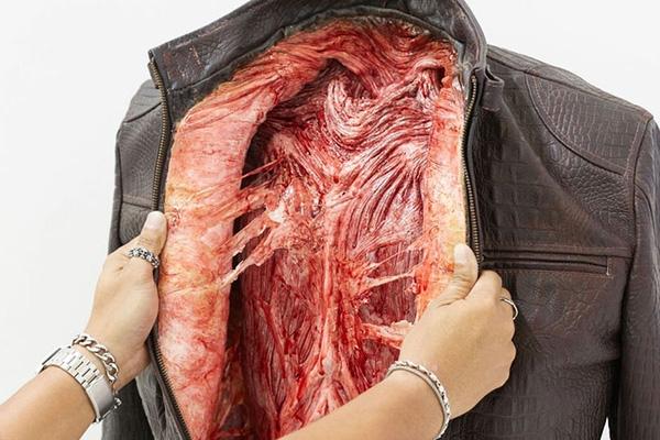 Áo khoác, ví da thậm chí là găng tay đều được lấp đầy bởi thịt động vẫn còn nhuốm máu.