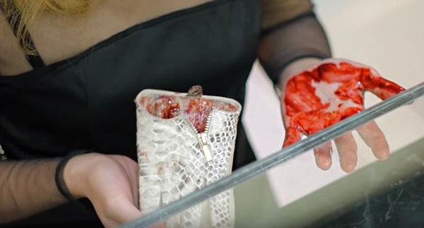 Liệu những điều kinh dị bên trong những chiếc túi có giúp thức tỉnh con người?