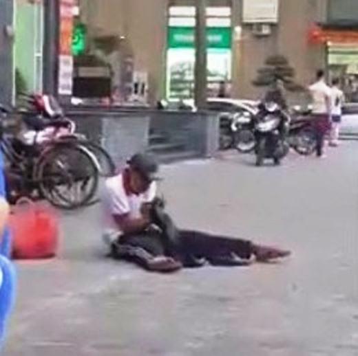 Chân dung người đánh giày gây bão mạng.