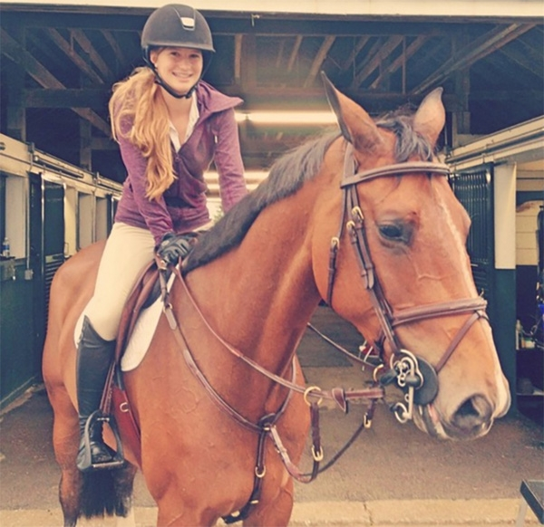 Cô bé đặc biệt yêu thích đua ngựa.