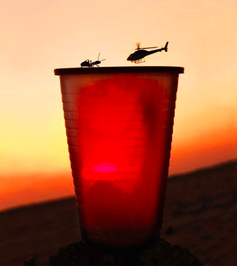 Trực thăng sắp đáp xuống bãi, ai không phận sự mời tránh ra chỗ khác.
