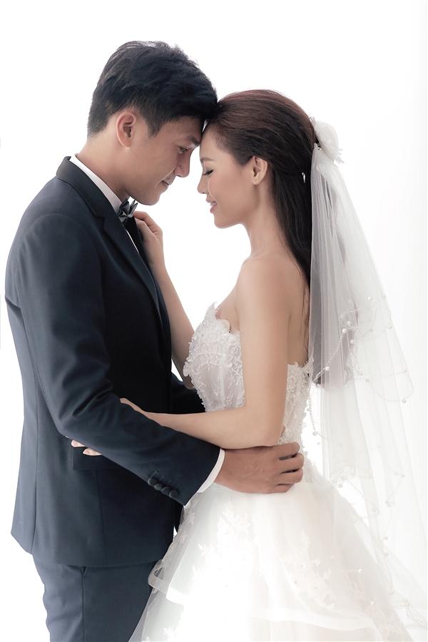 Mới đây, cặp đôi đã chính thức hé lộ trang phục trong ngày trọng đại. Các thiết kế sử dụng hai sắc màu trắng, đen sang trọng làm chủ đạo. Tất cả đều được nhà thiết kế Chung Thanh Phong lên ý tưởng.