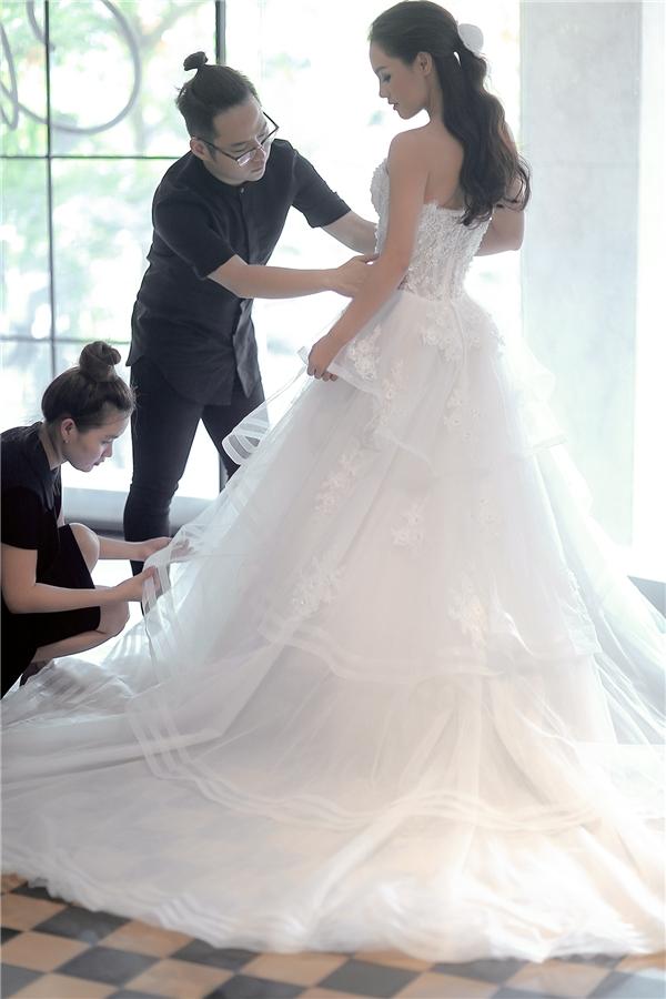 Đây cũng là những thiết kế nằm trong bộ sưu tập váy cưới mới nhất của Chung Thanh Phong sẽ được trình làng vào ngày 21/5 tới đây.