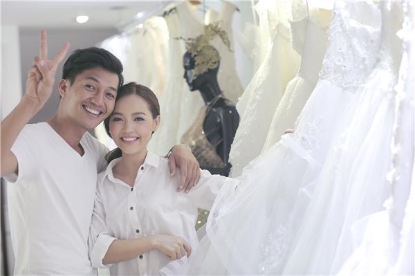Cặp đôi tươi cười hạnh phúc khi được ướm thử trang phục cho ngày trọng đại.